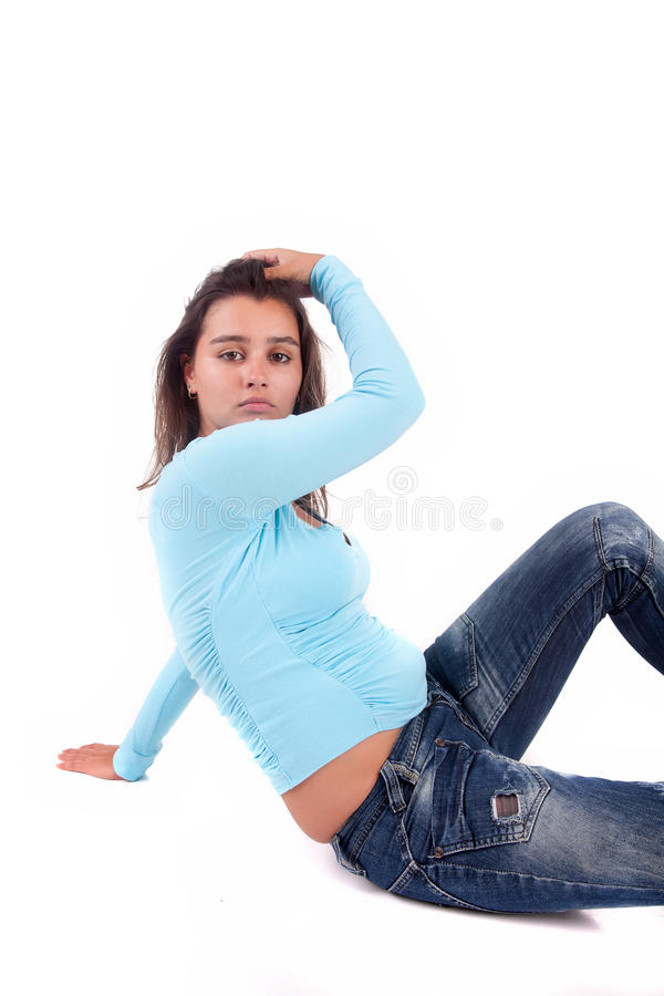 Jeune et belle pose de femme photographie stock libre de droits