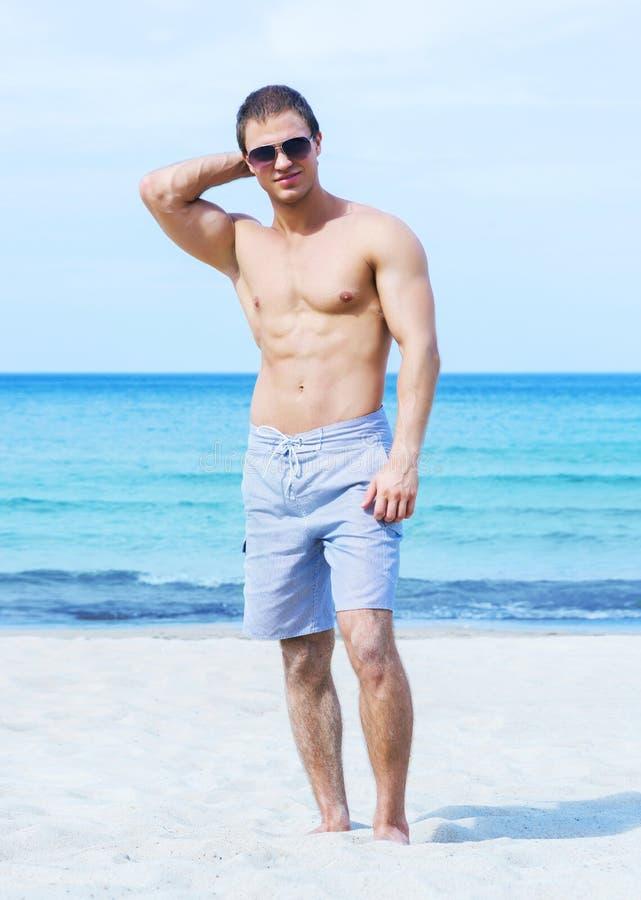 Jeune et convenable homme sur la plage photos libres de droits