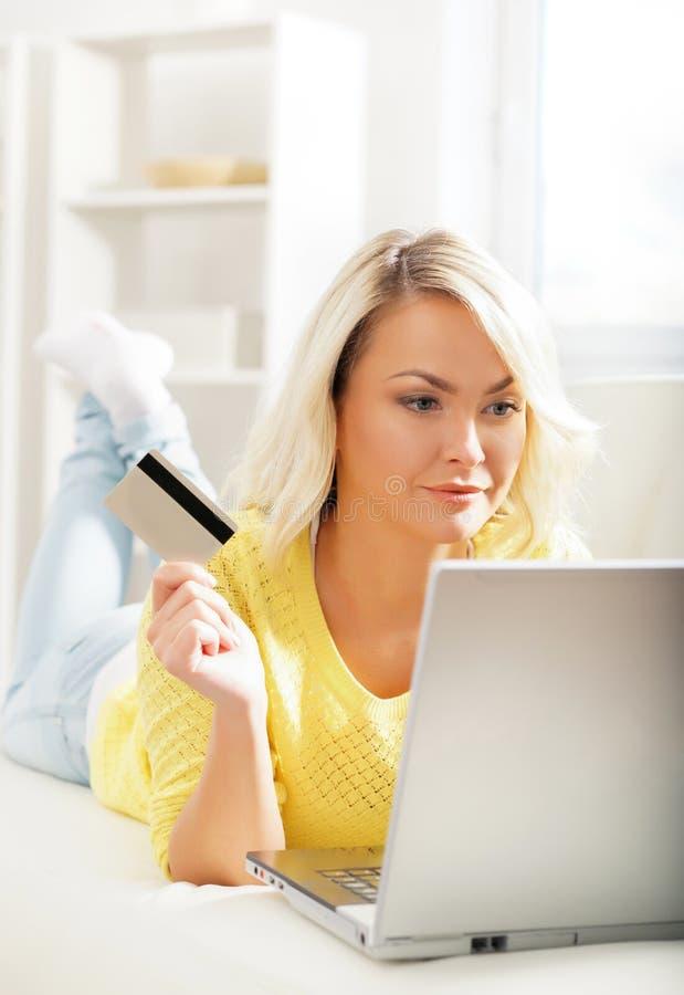 Jeune et heureuse femme avec une carte de crédit photos stock