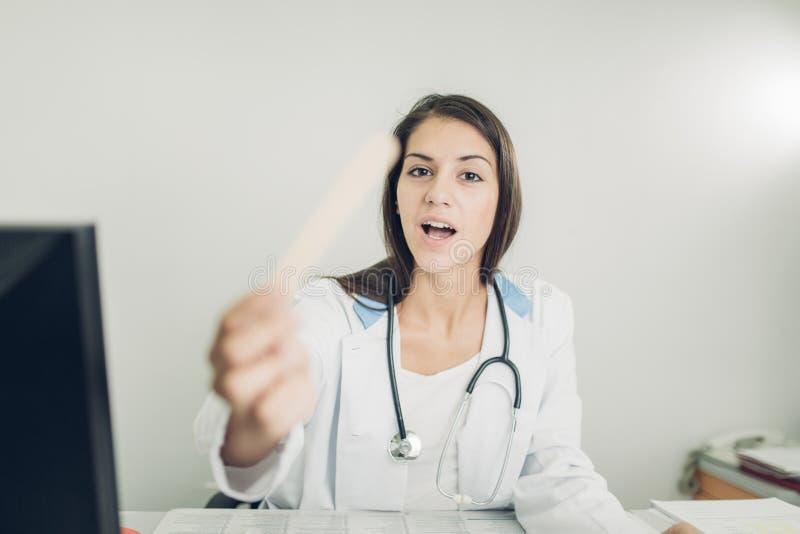 Jeune et réussi docteur image stock