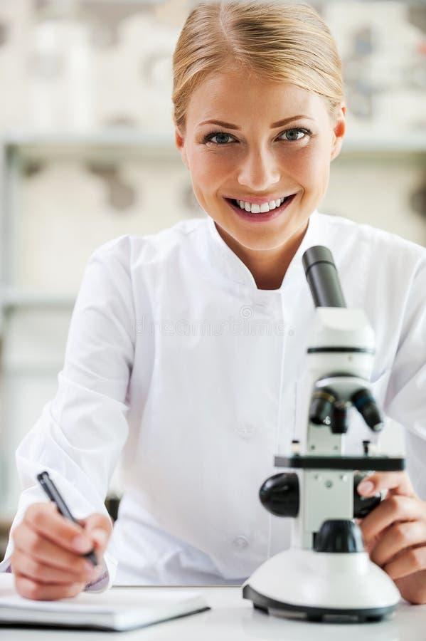 Jeune et sûr scientifique photos stock