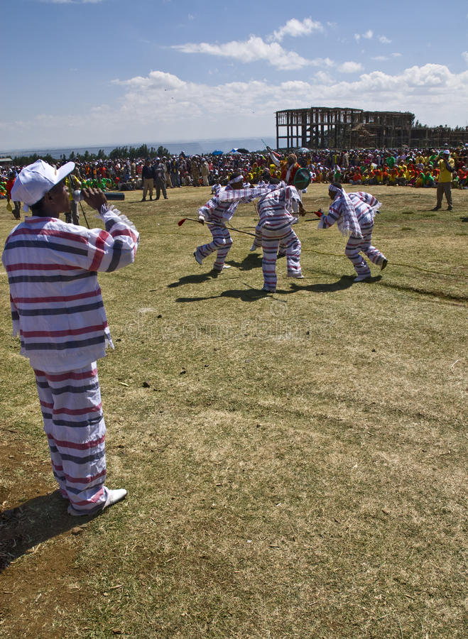 Jeune exécution éthiopienne d'hommes et de femmes photos libres de droits