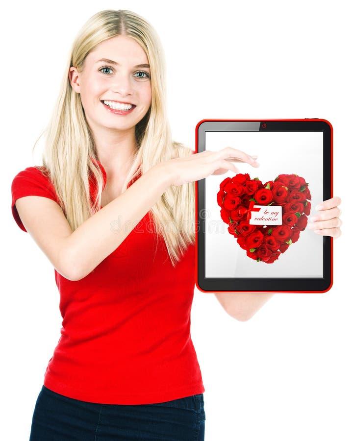 Jeune exposition heureuse de femme une carte cadeaux de Saint-Valentin photo libre de droits