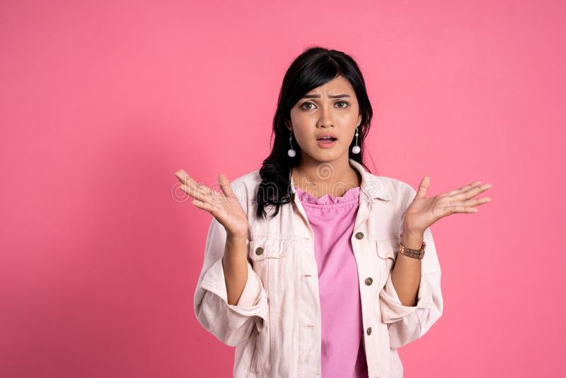Jeune expression asiatique choquée de femme photos libres de droits