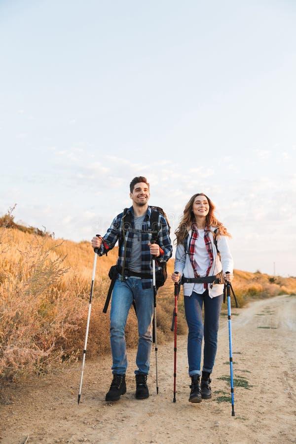 Jeune extérieur affectueux heureux de couples avec le sac à dos dans le camping alternatif libre de vacances photographie stock libre de droits