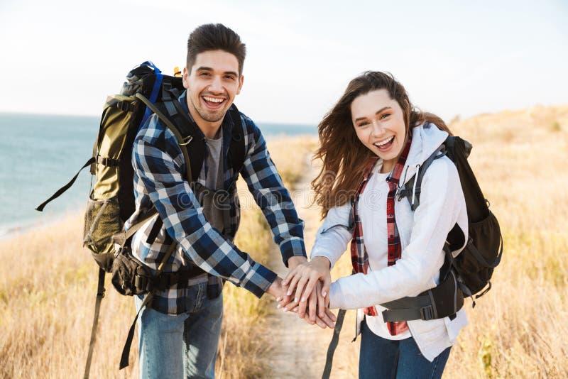 Jeune extérieur affectueux heureux de couples dans le camping alternatif libre de vacances image stock