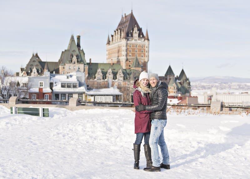 Jeune extérieur de couples en hiver avec le frontenac de château de Québec photos libres de droits