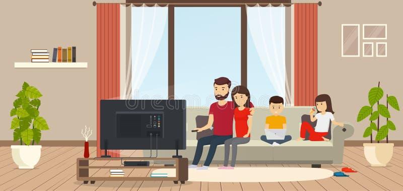 Jeune famille à la maison s'asseyant sur le divan, TV de observation, enfant travaillant sur l'ordinateur portable, fille mangean illustration stock