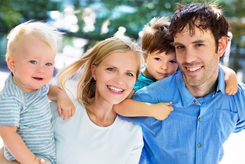 jeune famille avec deux enfants photo stock image du. Black Bedroom Furniture Sets. Home Design Ideas