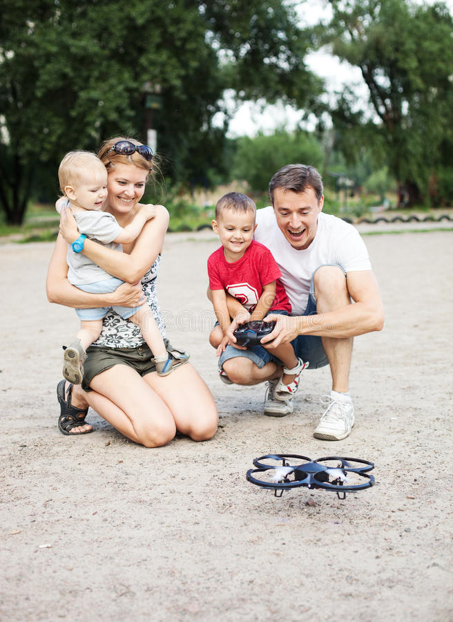 Jeune famille avec deux garçons jouant avec le jouet de RC photo libre de droits