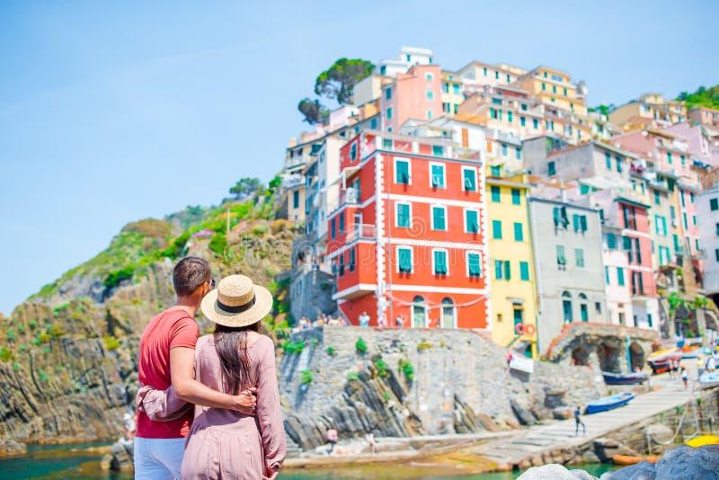 Jeune famille avec la grande vue au vieux village Riomaggiore, Cinque Terre, Ligurie, Italie Vacances italiennes européennes images stock