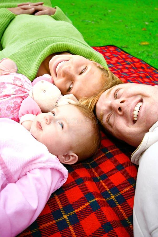 Jeune famille avec le descendant de chéri photo stock