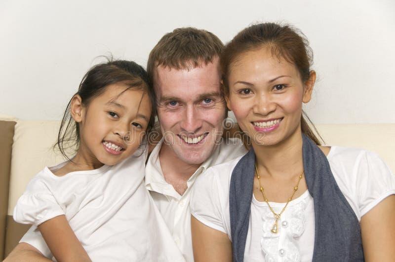 Jeune famille avec le sourire d'enfant photographie stock