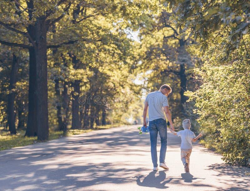 Jeune famille avec une planche à roulettes photo stock