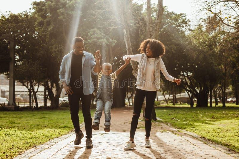 Jeune famille ayant l'amusement ensemble au parc photos libres de droits