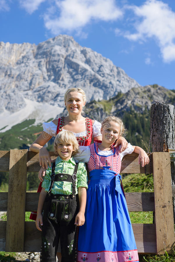 Jeune famille bavaroise dans un beau paysage de montagne photos stock