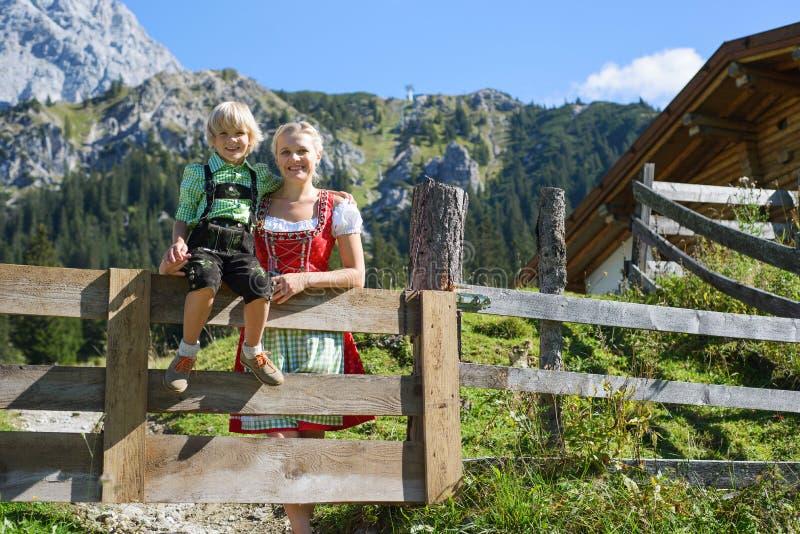 Jeune famille bavaroise dans un beau paysage de montagne images libres de droits