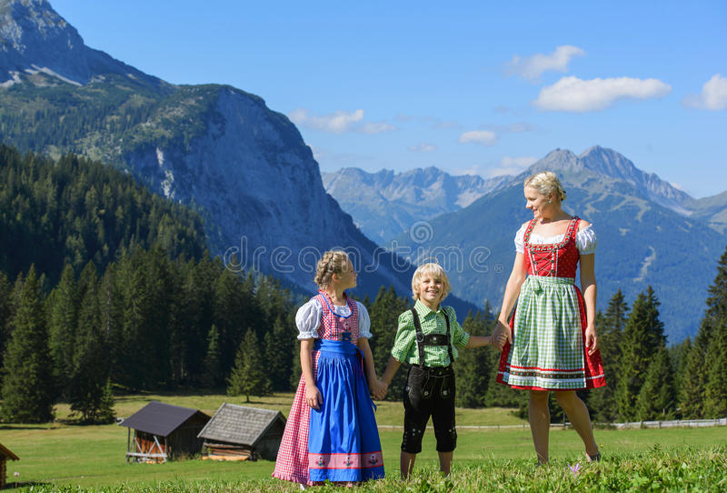 Jeune famille bavaroise dans un beau paysage de montagne photos libres de droits