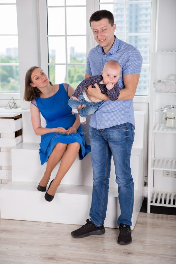 Jeune famille caucasienne heureuse posant dans le studio image libre de droits