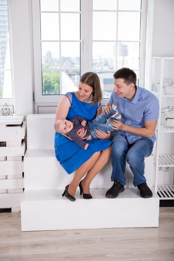 Jeune famille caucasienne heureuse sur l'escalier photographie stock libre de droits
