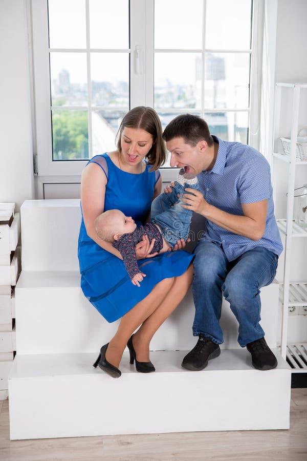 Jeune famille caucasienne heureuse sur l'escalier images libres de droits