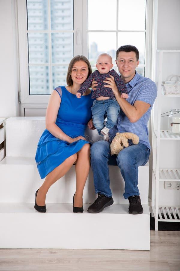 Jeune famille caucasienne heureuse sur l'escalier photographie stock