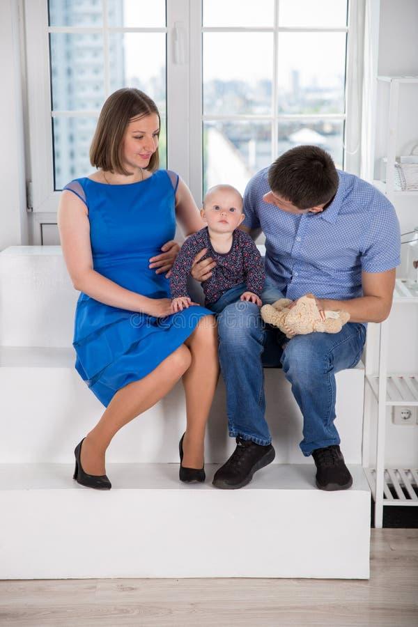 Jeune famille caucasienne heureuse sur l'escalier image libre de droits