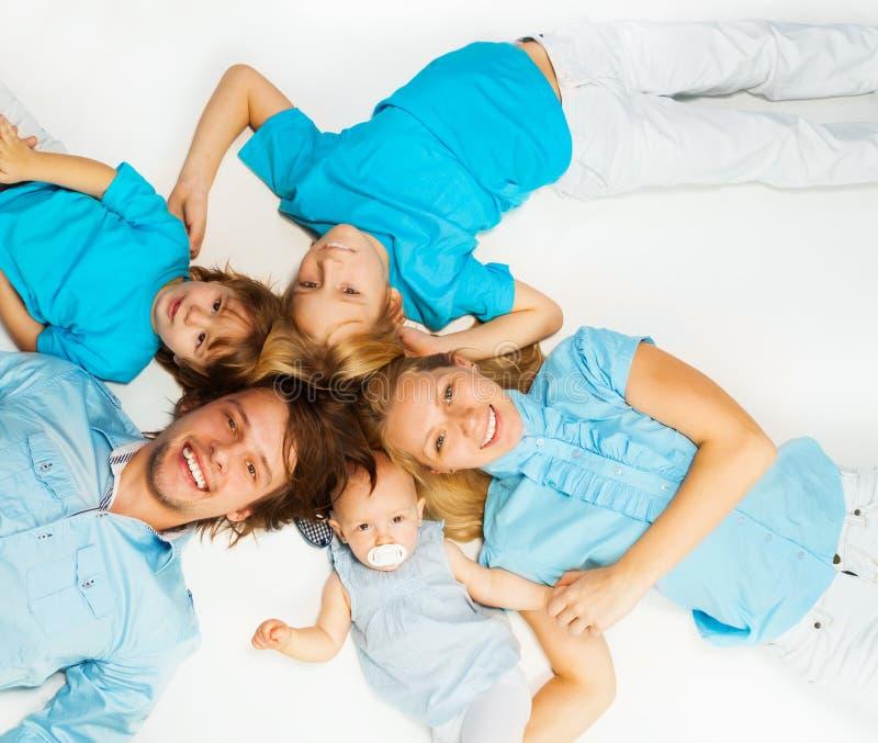 Jeune famille d'en haut photo libre de droits