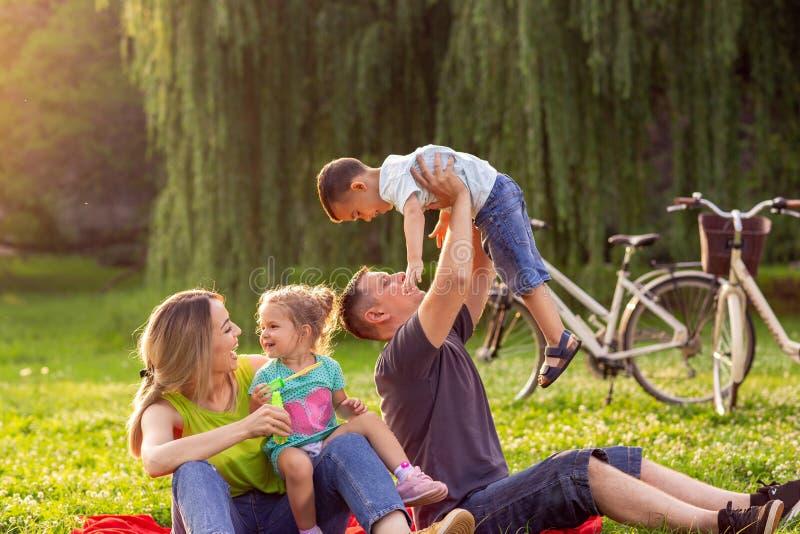 Jeune famille de temps heureux de famille avec des enfants ayant l'amusement dans le natu image libre de droits