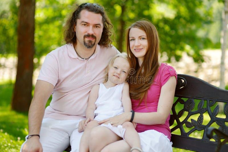 Jeune famille de trois heureuse photos stock