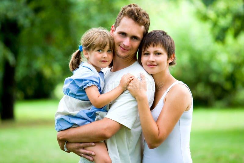 Jeune famille en stationnement photographie stock