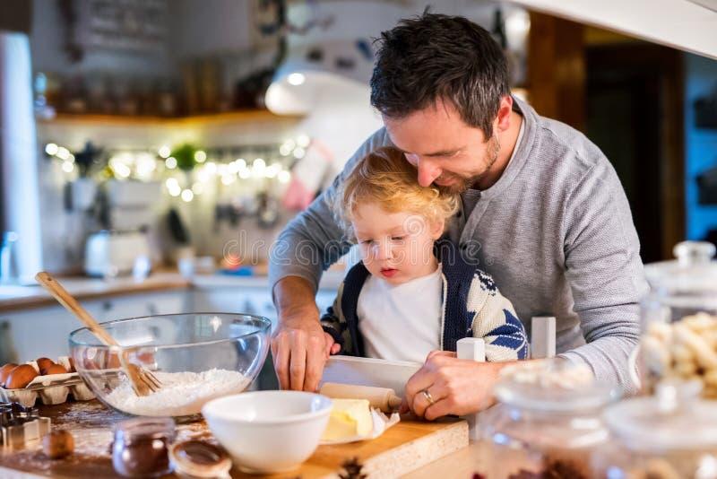 Jeune famille faisant des biscuits à la maison photos stock