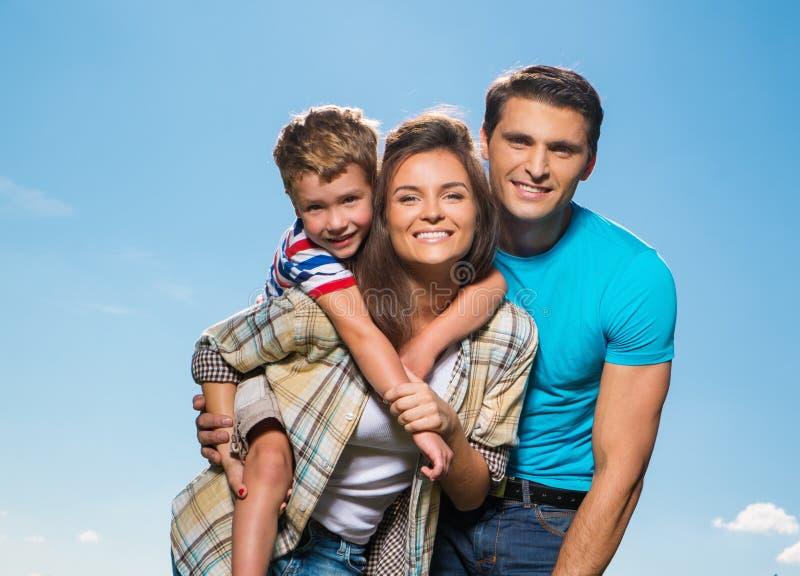 Jeune famille heureuse à l'extérieur photographie stock