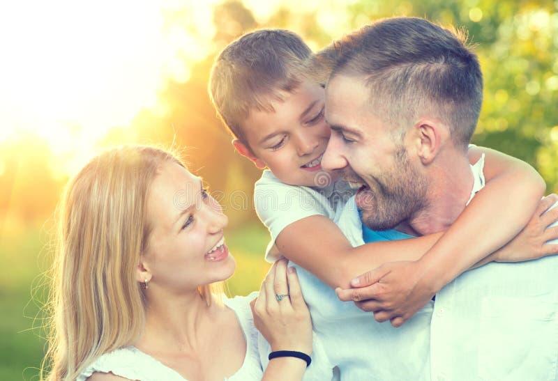 Jeune famille heureuse à l'extérieur image libre de droits