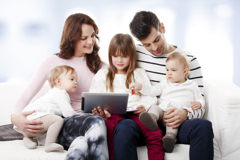 Jeune famille heureuse image stock