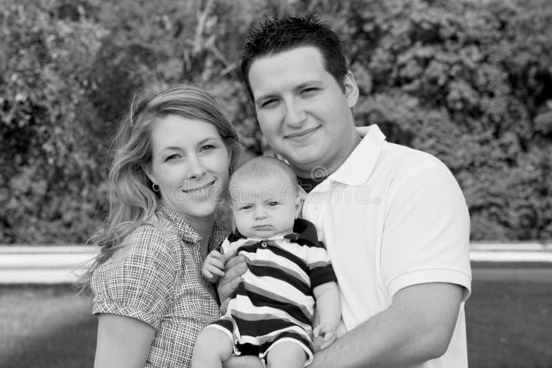 Jeune famille heureuse photographie stock