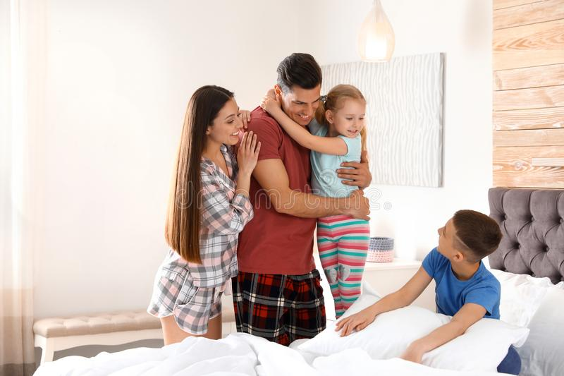 Jeune famille heureuse avec des enfants ayant l'amusement photographie stock