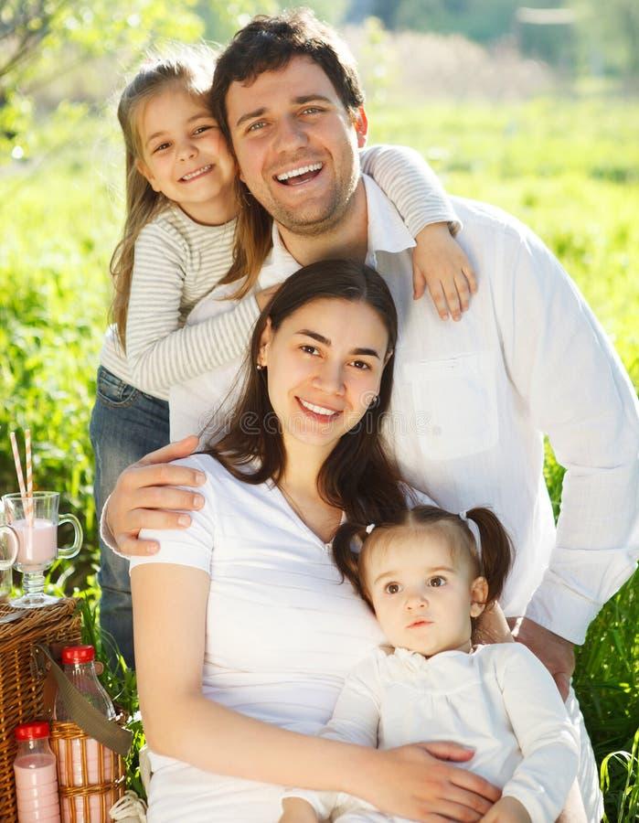 Jeune famille heureuse avec deux enfants dehors image libre de droits