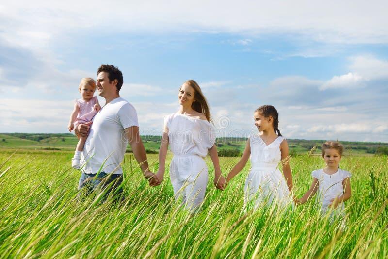 Jeune famille heureuse avec trois enfants photographie stock libre de droits