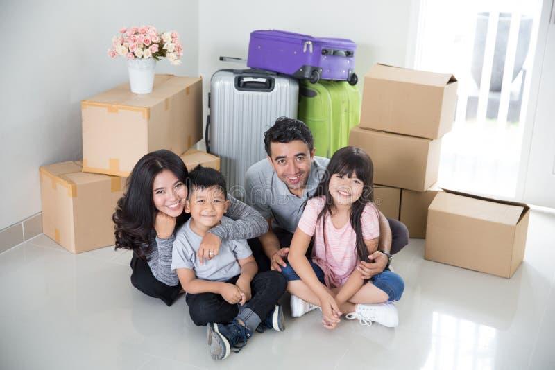 Jeune famille heureuse avec un bon nombre de boîte en carton photographie stock