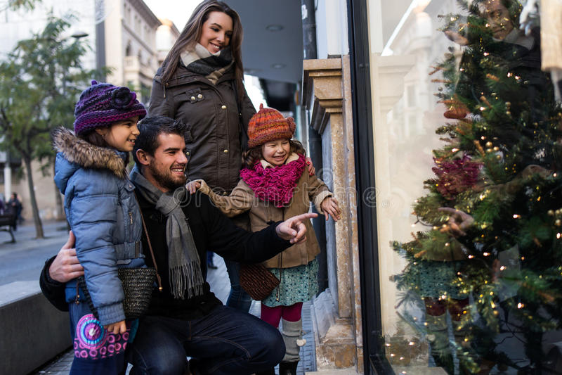 Jeune famille heureuse ayant l'amusement dans la rue photos libres de droits