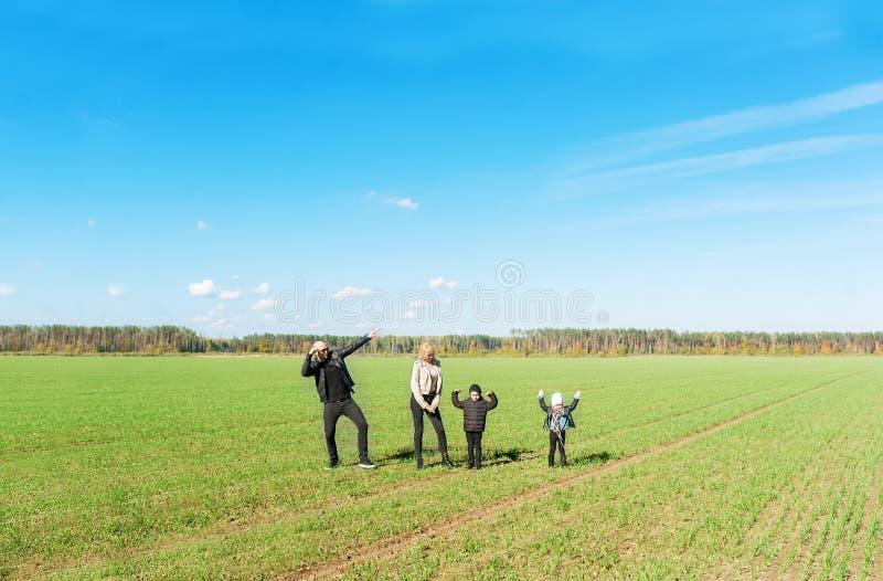 Jeune famille heureuse Jeune famille heureuse ayant l'amusement en nature images libres de droits