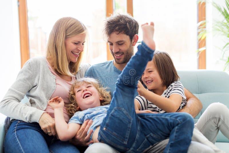 Jeune famille heureuse ayant le bon temps ensemble image libre de droits