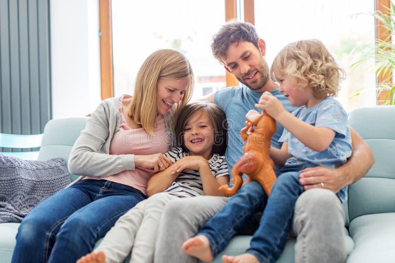 Jeune famille heureuse ayant le bon temps ensemble photo libre de droits
