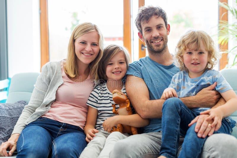 Jeune famille heureuse ayant le bon temps ensemble photographie stock libre de droits