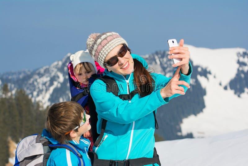 Jeune famille heureuse dans le selfie de vacances d'hiver image stock