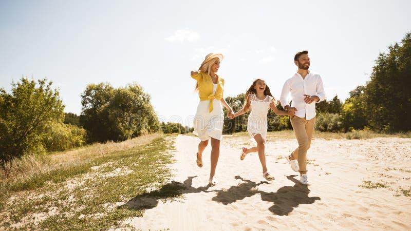 Jeune famille heureuse passant le temps ensemble dans la campagne images libres de droits
