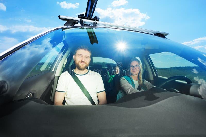 Jeune famille heureuse pendant le voyage de voiture le jour ensoleillé images libres de droits