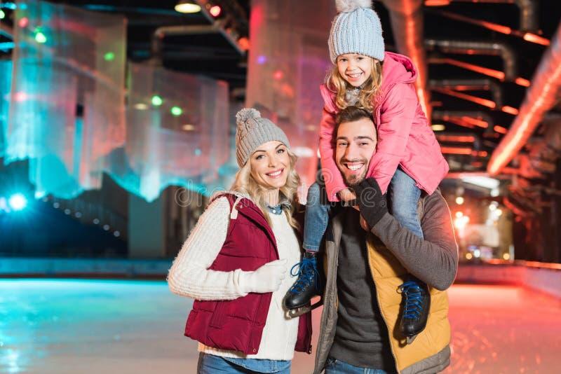 jeune famille heureuse souriant à la caméra tout en passant le temps ensemble photographie stock