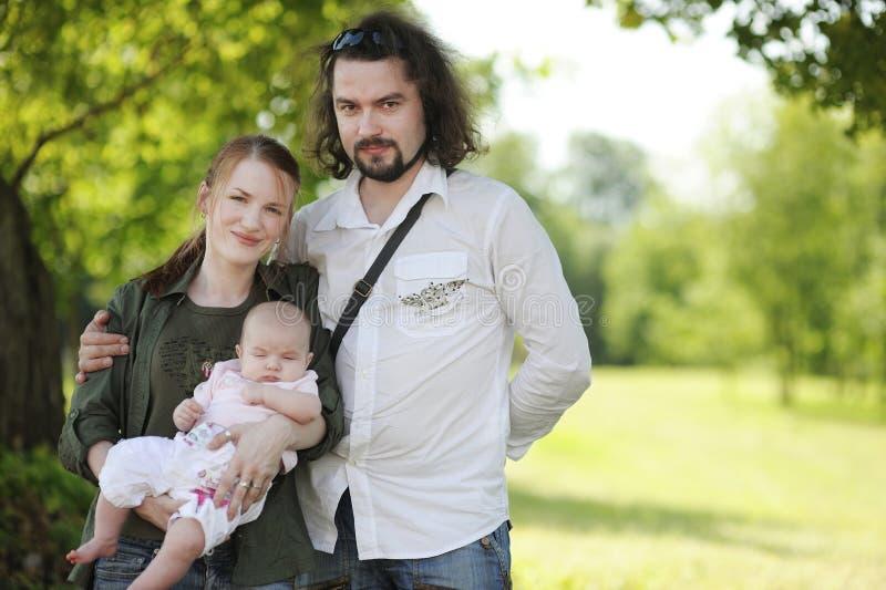Jeune famille heureux à l'été photos stock